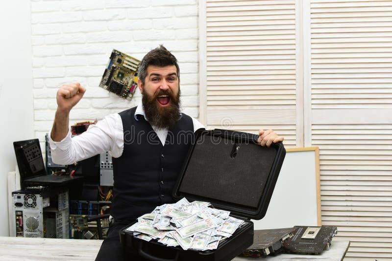 Sus ricos de a sirven el mundo Hombre de negocios con la caja del dinero en oficina Hombre barbudo con el dinero del efectivo Inc fotos de archivo libres de regalías