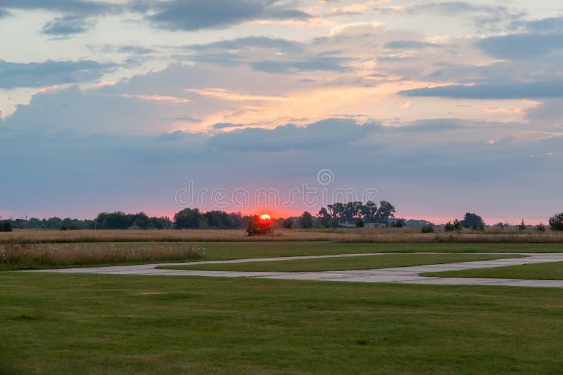 Suset sobre el campo de aviación fotografía de archivo