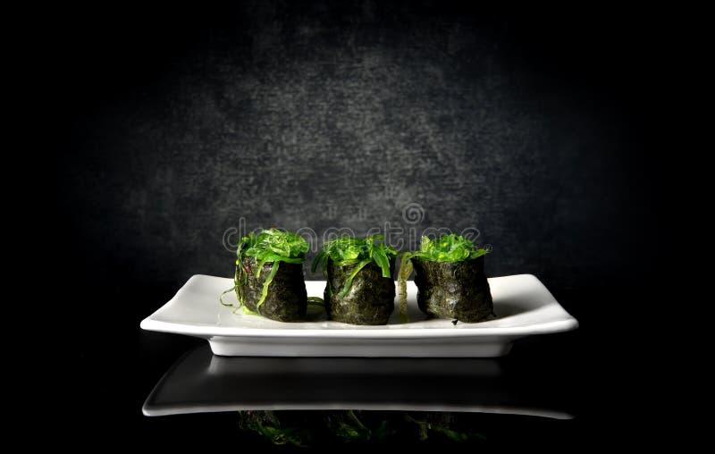Sushi épicés avec l'algue image stock
