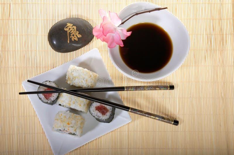 Sushi überziehen mit Ess-Stäbchen lizenzfreie stockfotos