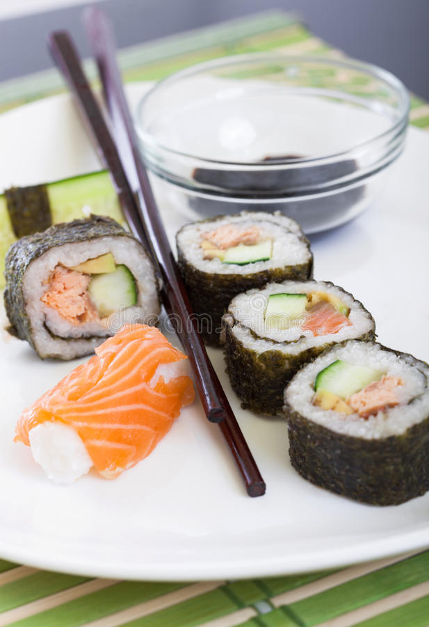 Sushi acciambellati immagine stock