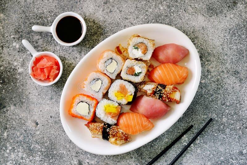 Sushi ajustado com salm?es, queijo macio, atum, enguia fumado Alimento saud?vel Vista superior fotos de stock royalty free