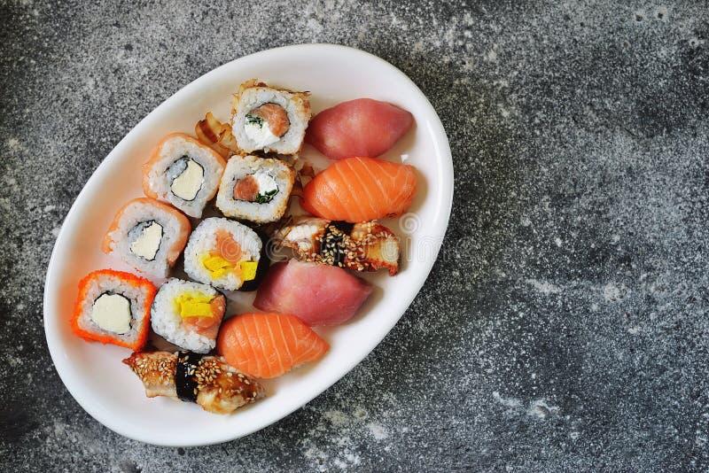 Sushi ajustado com salm?es, queijo macio, atum, enguia fumado Alimento saud?vel Vista superior imagem de stock royalty free