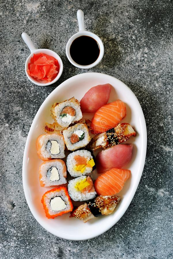 Sushi ajustado com salm?es, queijo macio, atum, enguia fumado Alimento saud?vel Vista superior fotografia de stock royalty free