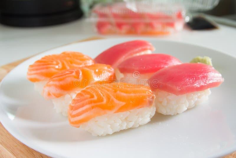 Sushi ajustado na placa branca Alimento de Janpan imagens de stock royalty free