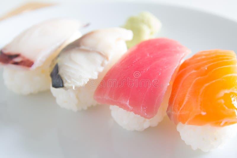 Sushi ajustado na placa branca Alimento de Janpan fotografia de stock royalty free
