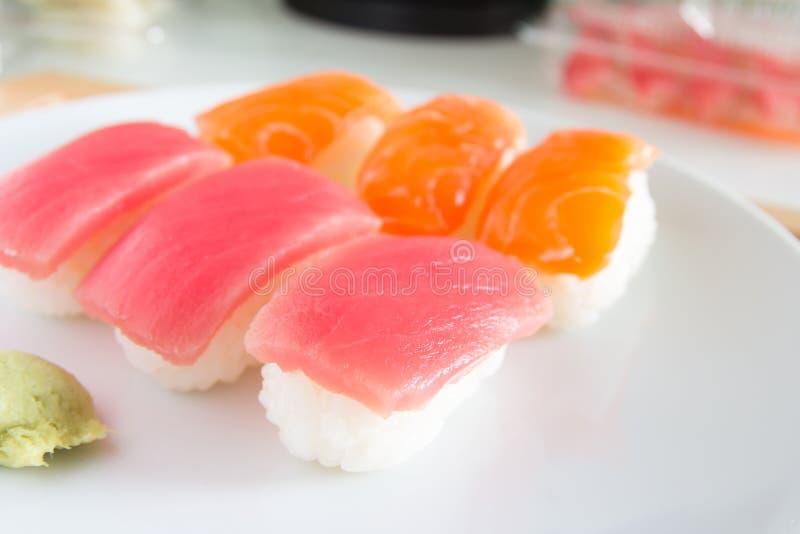 Sushi ajustado na placa branca Alimento de Janpan imagens de stock
