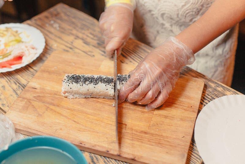 Sushi auf einem hölzernen Brett mit einem Fisch 8 stockbild
