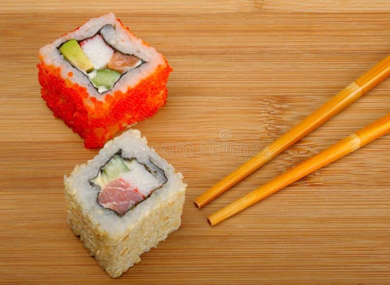 Sushi auf hölzernem Hintergrund stockfotografie