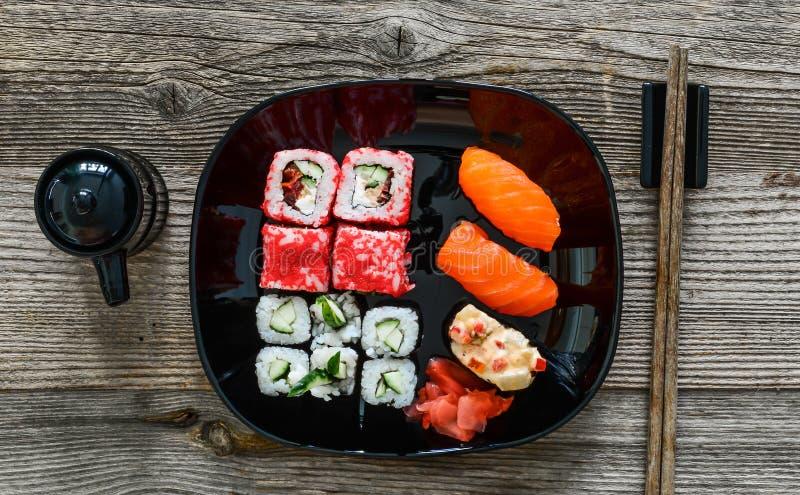 Sushi auf Platte mit Essstäbchen stockfotografie
