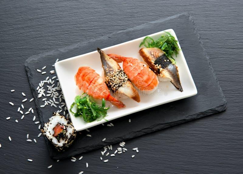 Sushi avec de la salade image stock