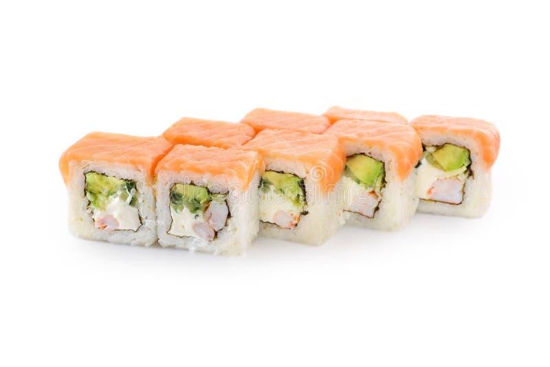 Sushi avec du riz, saumon, crevette de tigre, avocat, fromage, nori sur un fond blanc image libre de droits