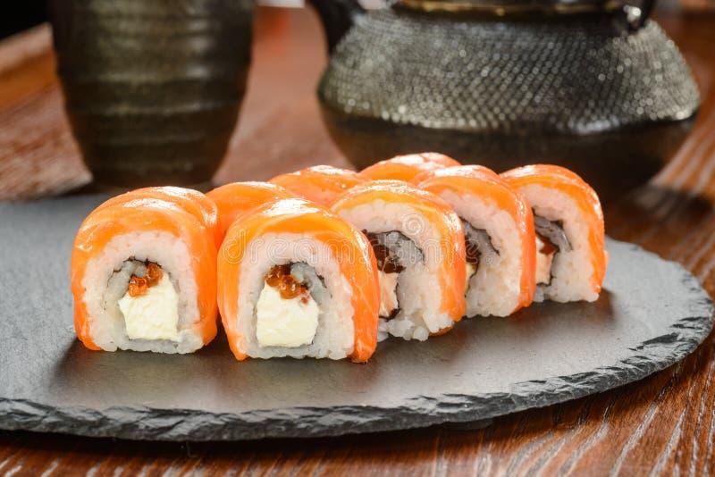 Sushi avec le caviar rouge images stock