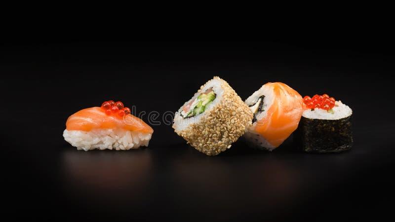 Sushi avec le caviar rouge sur une table noire Macro photo libre de droits