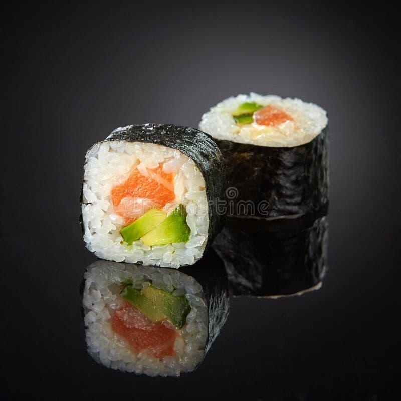 Sushi avec les saumons et l'avocat photos libres de droits
