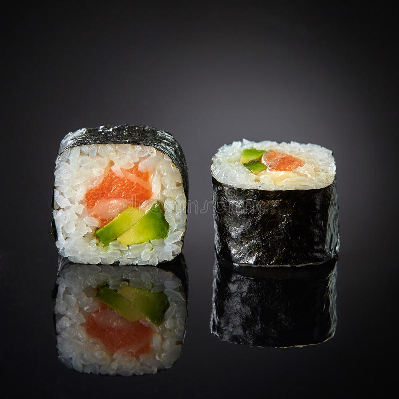 Sushi avec les saumons et l'avocat images libres de droits