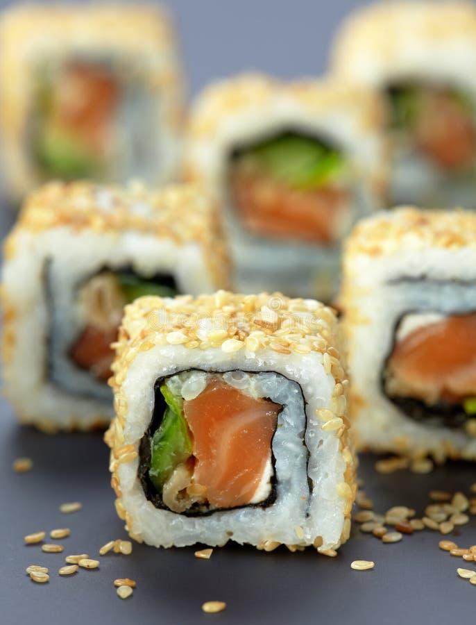 Sushi avec les saumons et le concombre images libres de droits