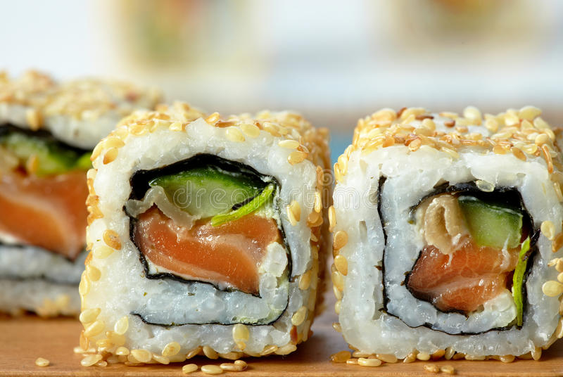 Sushi avec les saumons et le concombre image libre de droits