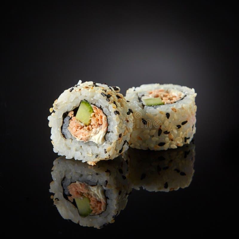 Sushi avec les saumons et le concombre photos stock