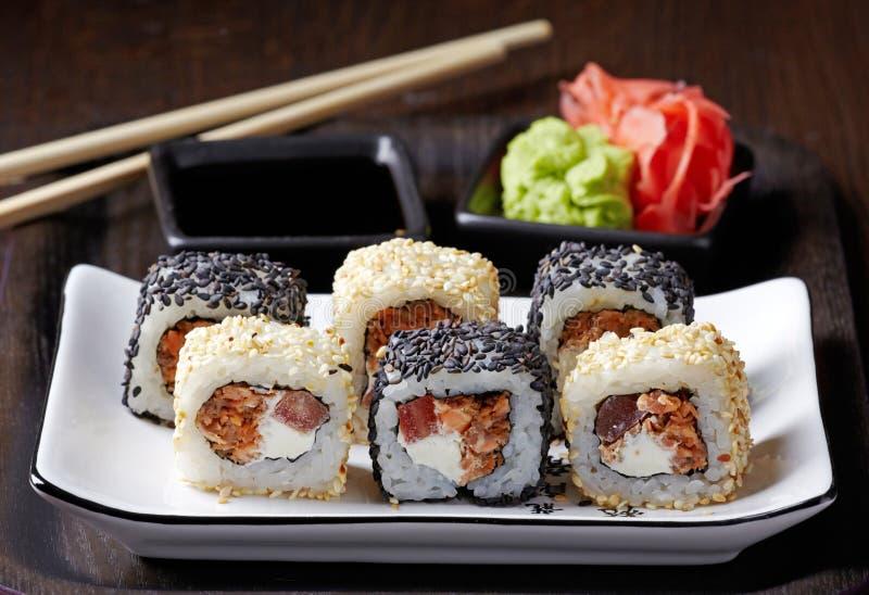 Sushi avec les saumons frits photos stock