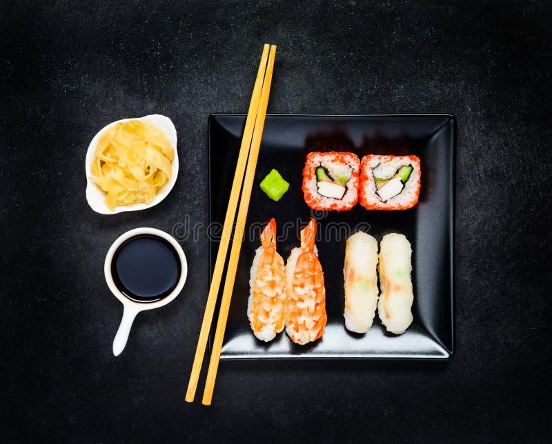 Sushi avec Nigiri et sauce de soja avec du gingembre images stock
