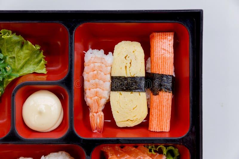 Sushi Bento Served met Japanse Rijst Wraped met Zeewier en Garnalen, van Kani en Tamagoyaki-Sushi met Zeewiersalade stock foto's