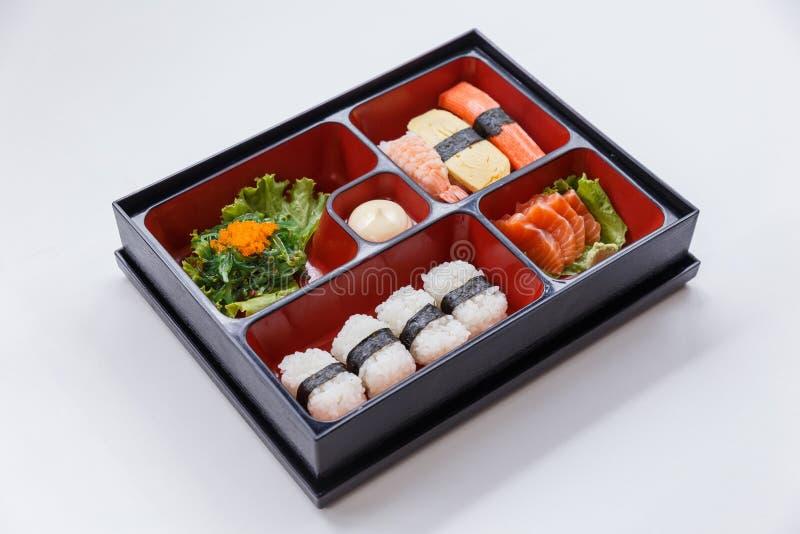 Sushi Bento Served met Japanse Rijst Wraped met Zeewier en Garnalen, van Kani en Tamagoyaki-Sushi met Zeewiersalade royalty-vrije stock fotografie