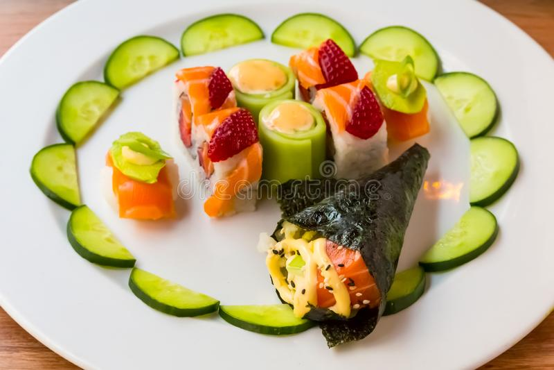 Sushi brilhante da cor com fruto fotos de stock royalty free