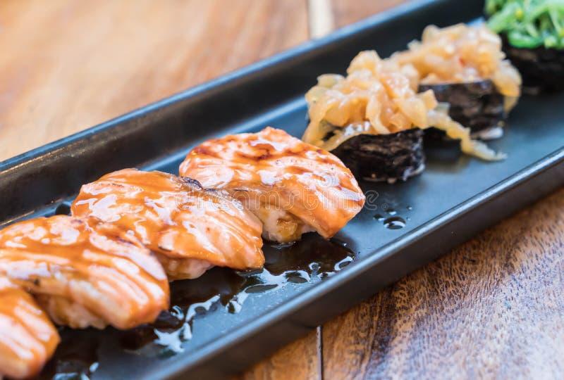 sushi bruciati salmone con la salsa di teriyaki immagini stock libere da diritti