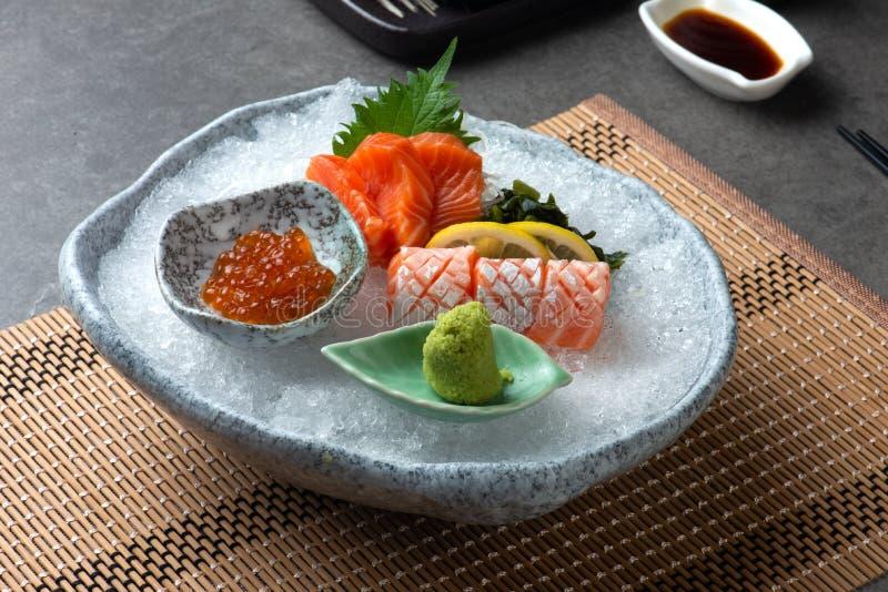 Sushi clasificado del sashimi en el hielo afeitado fotos de archivo libres de regalías