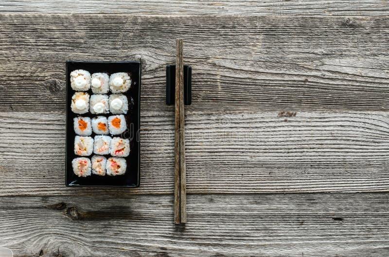 Sushi clasificado en la placa negra imagen de archivo libre de regalías