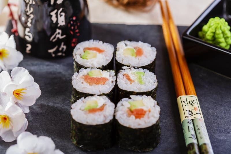 Sushi classiques avec des saumons photos stock