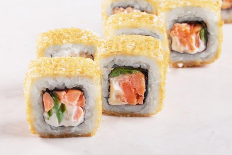 Sushi cocido del rollo, salmón ahumado, atún, lechuga, queso, primer, imágenes de archivo libres de regalías