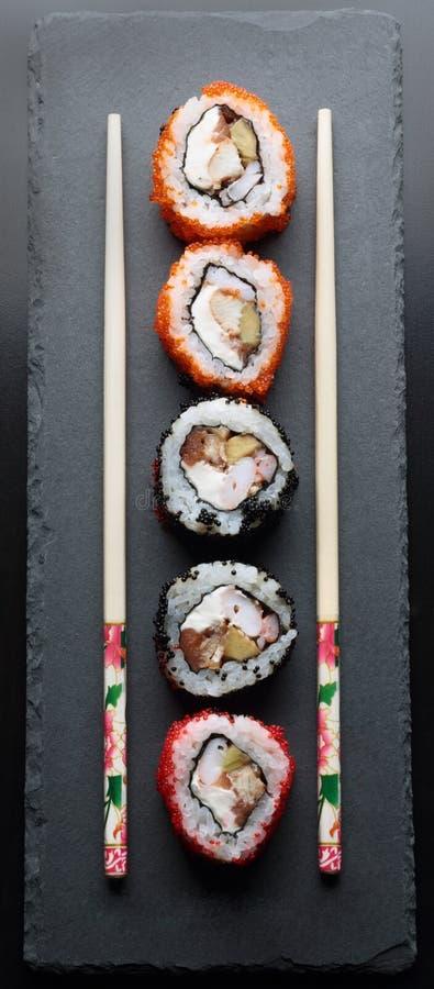 Sushi colorido con los palillos fotografía de archivo libre de regalías