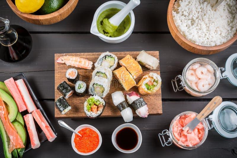 Sushi com ingredientes frescos fotografia de stock royalty free