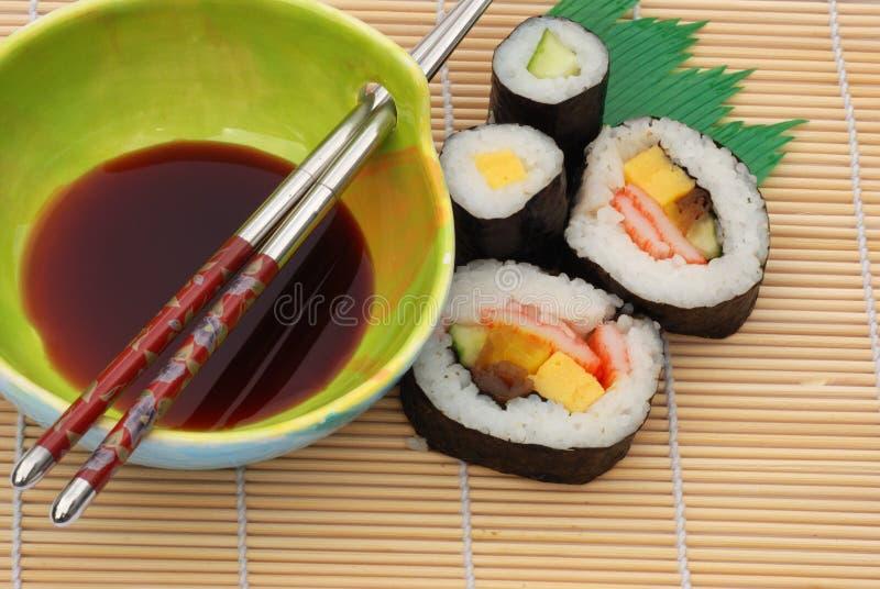 Sushi com molho de soja fotografia de stock royalty free
