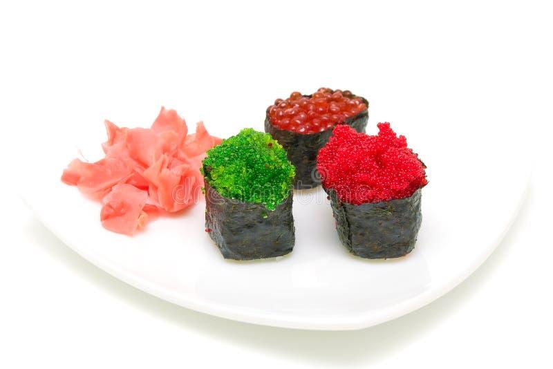 Sushi com caviar e gengibre em uma placa branca em um backgro branco imagem de stock royalty free