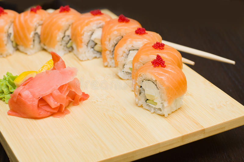 Sushi com salmões - alimento de gourmet japonês foto de stock