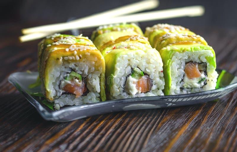 Sushi con el aguacate y los salmones imagenes de archivo