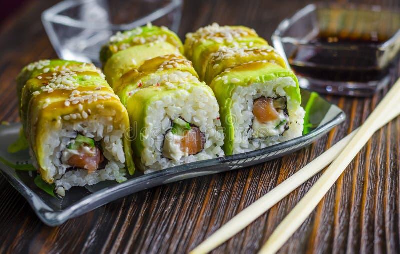 Sushi con el aguacate y los salmones fotografía de archivo libre de regalías