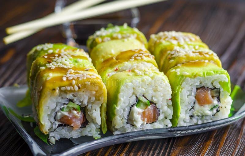 Sushi con el aguacate y los salmones foto de archivo
