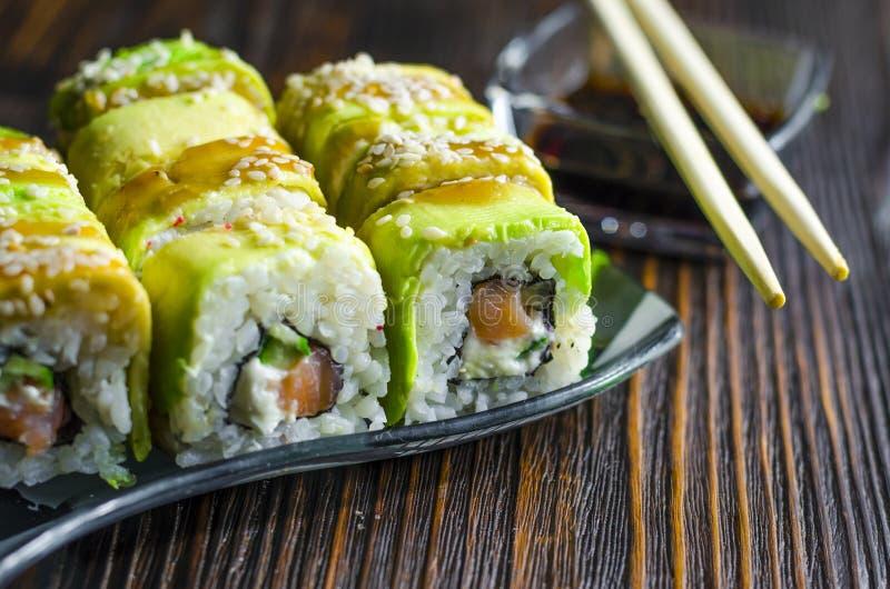 Sushi con el aguacate y los salmones fotografía de archivo