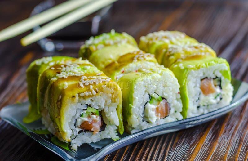Sushi con el aguacate y los salmones imagen de archivo