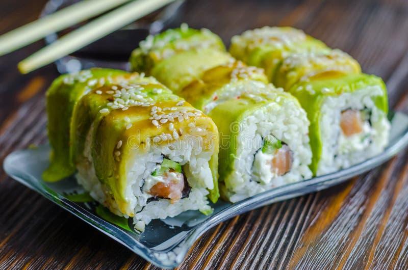 Sushi con el aguacate y los salmones fotos de archivo