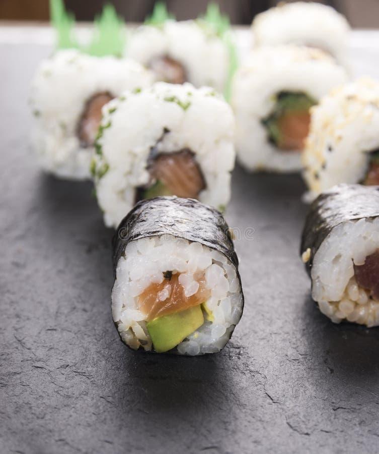 Sushi con i salmoni e l'avocado fotografie stock libere da diritti