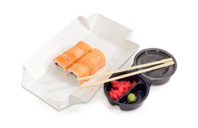 Sushi con il salmone in scatola per alimento da portar via, condimenti fotografia stock libera da diritti
