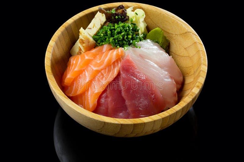 sushi con riso ed il pesce in un piatto immagine stock libera da diritti