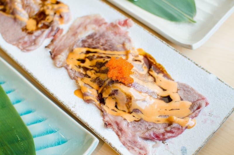 Sushi cortado fresco da carne do estilo japonês fotografia de stock royalty free
