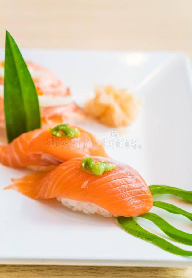 sushi crudi di color salmone fotografia stock libera da diritti