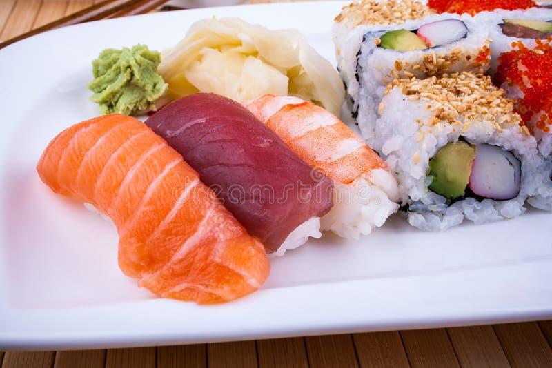 Sushi délicieux avec le wasabi de caviar images libres de droits